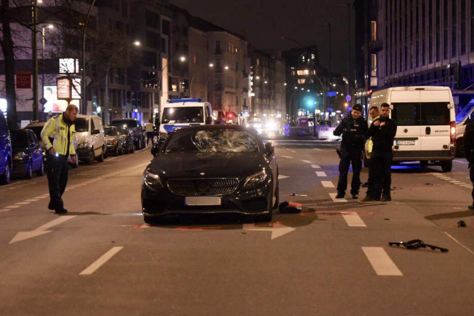 Karl Bagusat (26) wollte die Chausseestraße in Berlin-Mitte überqueren und wurde von diesem Mercedes erfasst.