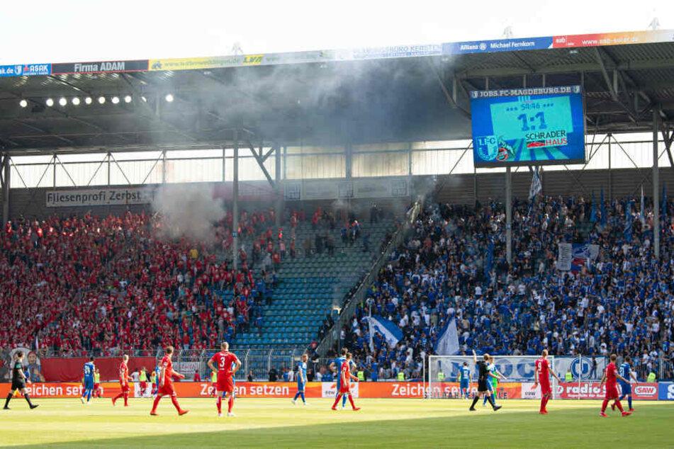 Nach dem Ausgleich der Magdeburger kam es wegen Ausschreitungen im Kölner Block zu einer Spielunterbrechung.