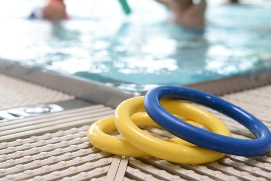 Ekel-Vorfall in der Schwimmbad-Dusche: 66-Jähriger masturbiert vor Kindern