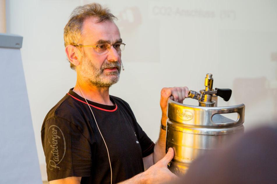 Gerald Häntzschel, bei Radeberger der Leiter für Qualitätsservice Gastronomie, erklärt den Aufbau eines Fasses.