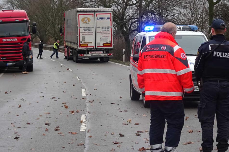 Der Scania-Truck (l.) überrollte den Mann, nachdem dieser auf die B188 gestürzt war.