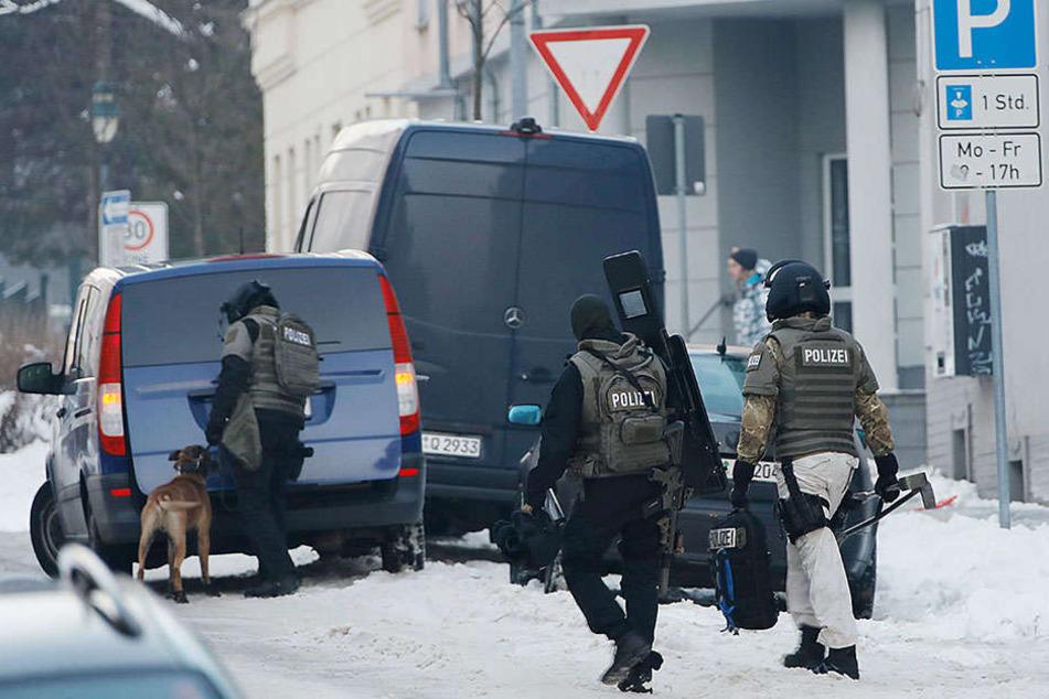Mit Schutzwesten, Waffen und Spürhunden war die Polizei auf dem Sonnenberg unterwegs.