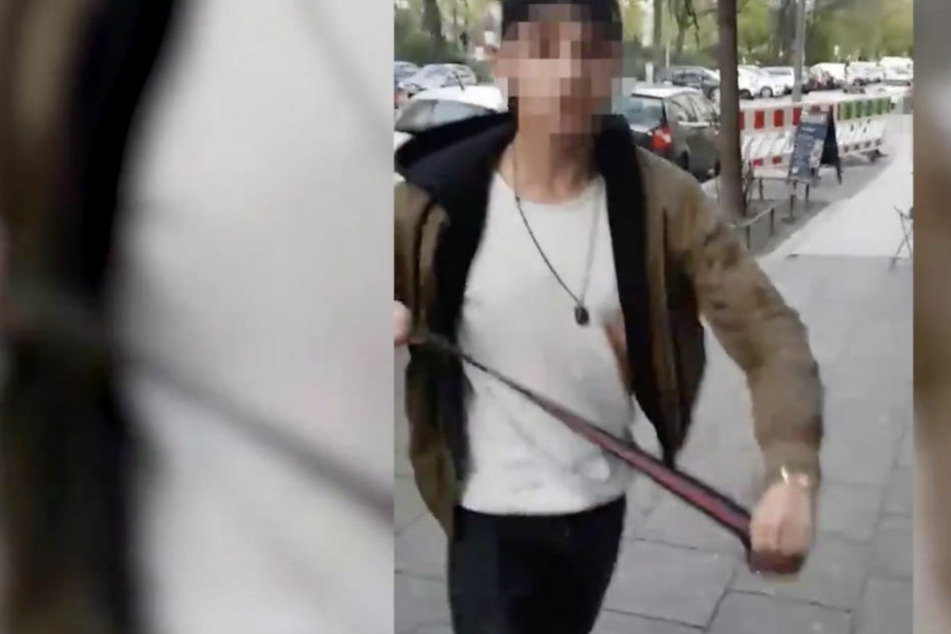 Der junge Angreifer geht mit einem Gürtel auf den Kippa-Träger los.
