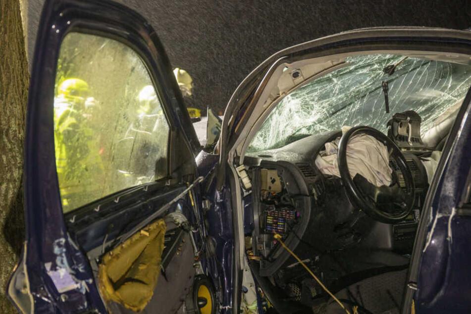 Der Fahrer des VW wurde bei dem Unfall schwer verletzt.