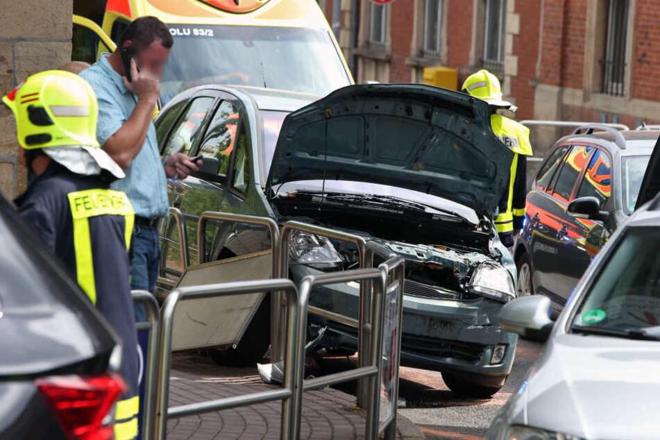 Mehrere Autos stehen nach dem Kreuzungs-Crash unter der Bahnbrücke. Die Einsatzkräfte klären vor Ort die Lage.