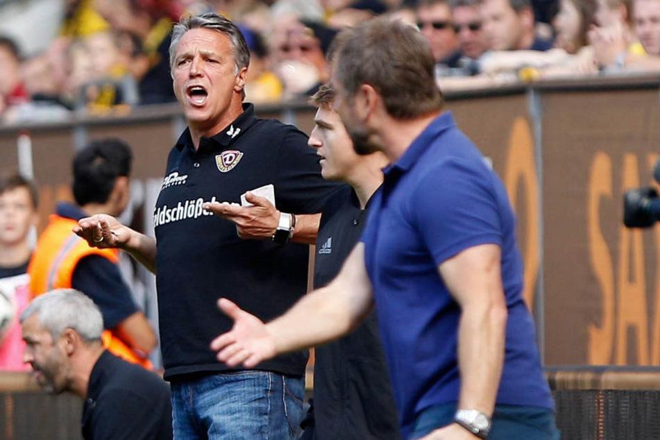 """""""Duell"""" an der Seitenlinie: Dynamo-Trainer Uwe Neuhaus (l. ) und  Kickers-Coach Bernd Hollerbach (r.)."""