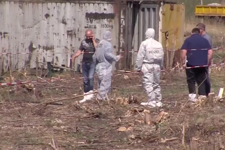 """Beamte suchen Spuren auf dem Gelände, auf dem im April 2018 der 27-jährige Christoph W. von seinen Freunden ermordet wurde. Es ist nur einer der Fälle, die """"Kripo live"""" aufgreift."""
