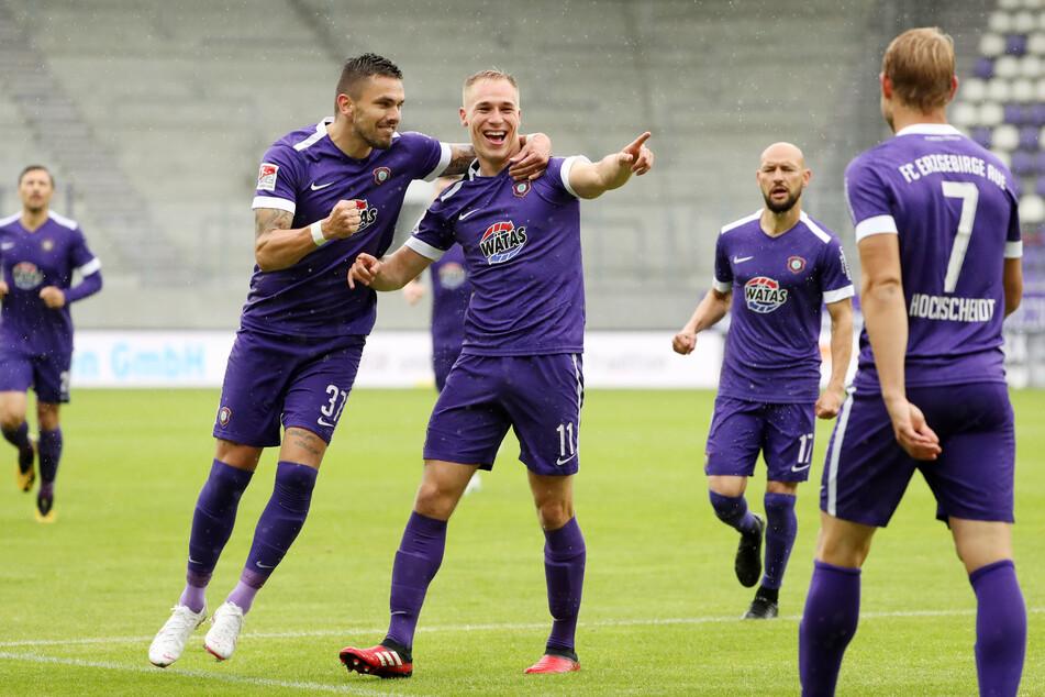 9. Minute: Florian Krüger schießt den FC Erzgebirge in Führung! Er wird von Stürmer Pascal Testroet (links) gefeiert.