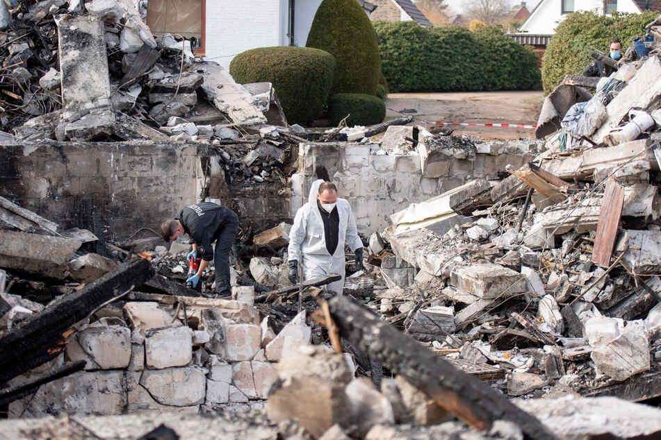 Das Haus explodierte am Mittwochabend (24.03.2021) aus ungeklärter Ursache, wie die Polizei mitteilte. Das Gebäude ging dabei in Flammen auf und wurde vollständig zerstört.