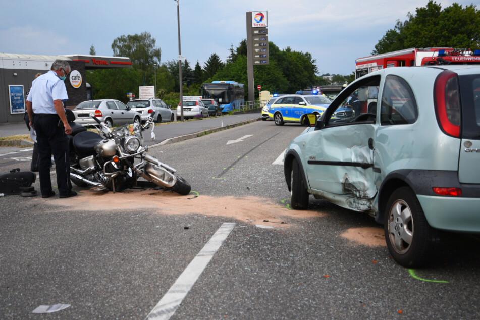 Motorrad und Auto beteiligt: Schwerverletzte bei Unfall an Kreuzung
