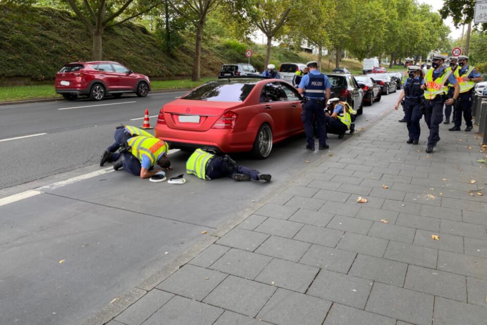 Auch dieser rote Mercedes wurde auf illegale Umbauten untersucht.
