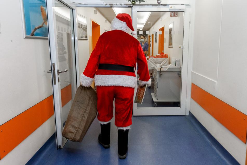 Professor Martin Rupprecht geht als Weihnachtsmann verkleidet durch das Krankenhaus.