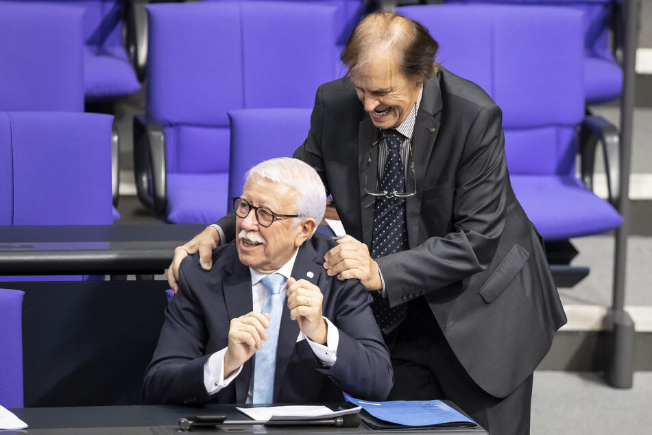 Detlev Spangenberg (AfD,r) begrüßt Paul Podolay (AfD), beide Mitglieder des Deutschen Bundestages, bei einer Bundestagssitzung im November 2019.