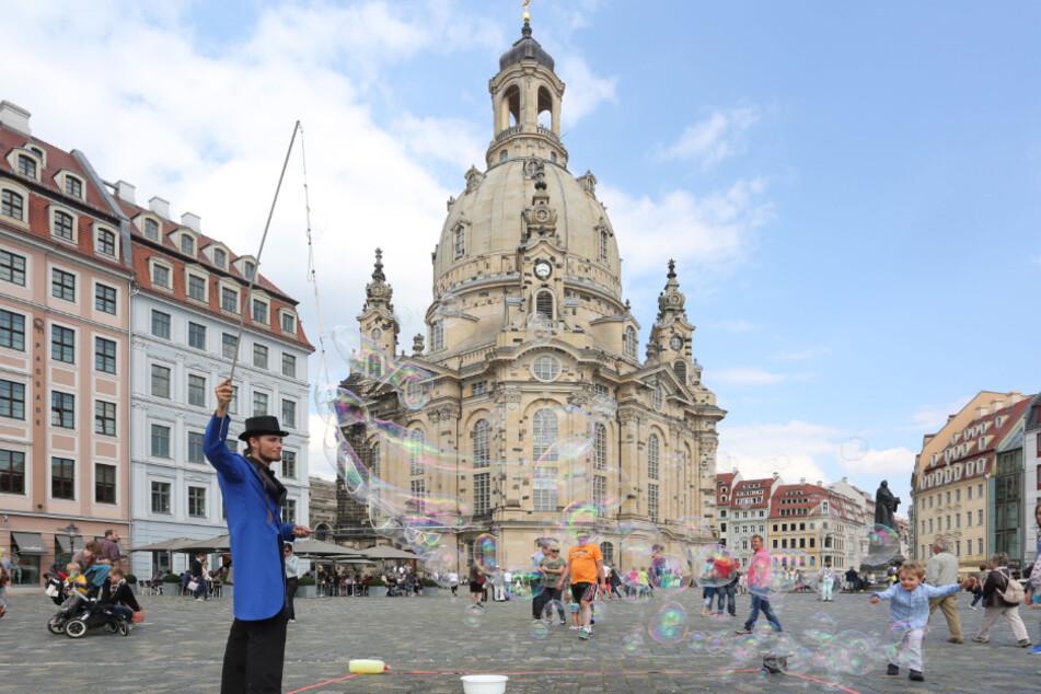 Den ganzen Sommer über soll es in Dresden durch die Stadt bezahlte Kunstaktionen geben. Seifenblasen-Künstler Georg Gräßler (34) könnte einer davon sein.