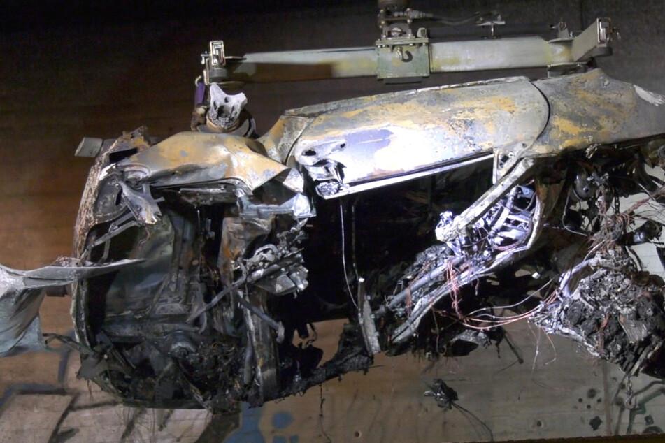 Von dem Auto blieb nur ein verkohltes Wrack übrig, das in der Nacht zu Dienstag geborgen und abtransportiert wurde.