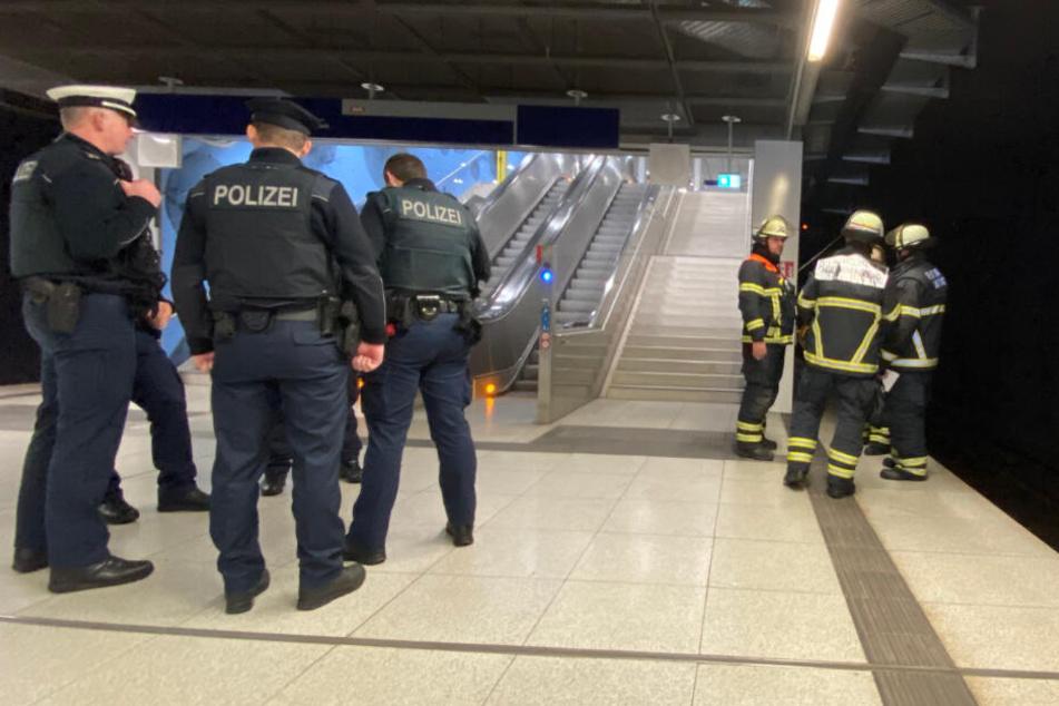 Polizei und Feuerwehr kontrollieren den Bahnsteig.