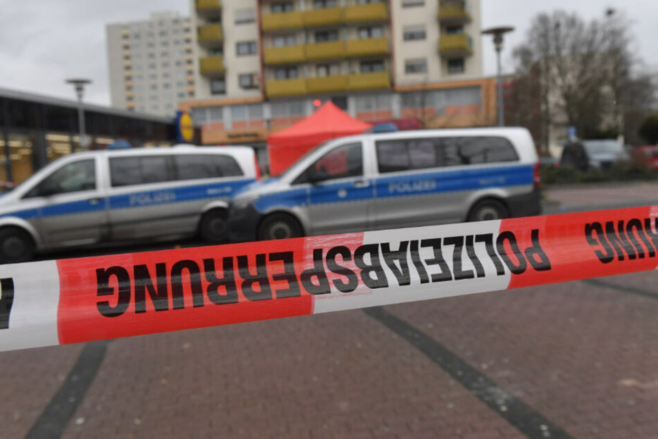 Polizeifahrzeuge vor einem Tatort in Hanau-Kesselstadt.