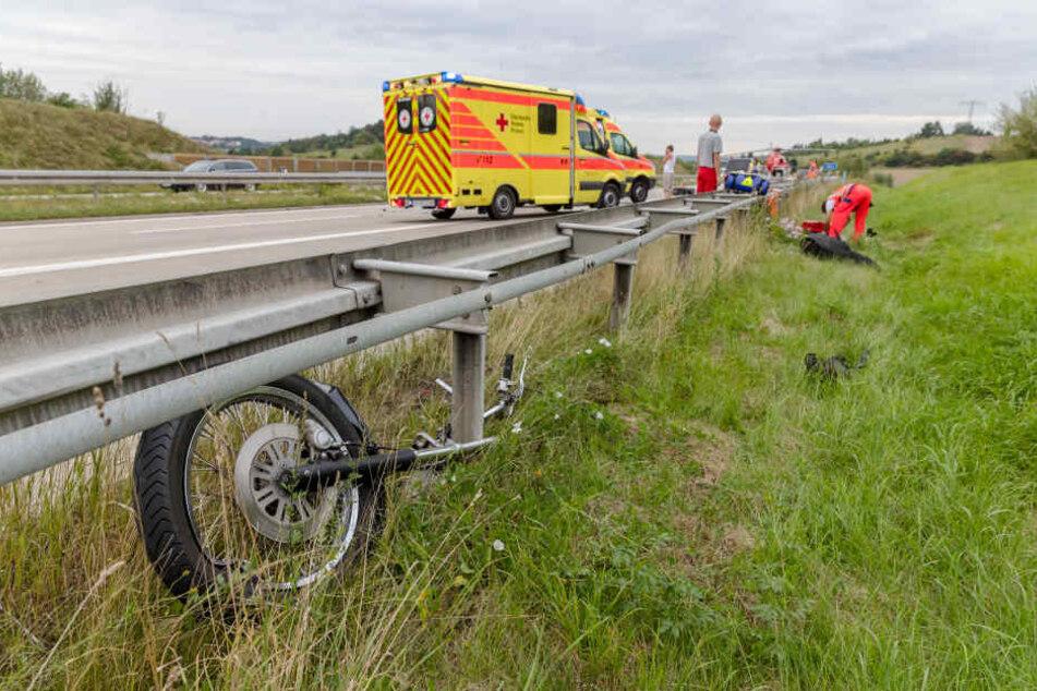 Das Motorrad wurde bei dem Unfall auf der A 17 in zwei Teile geteilt.