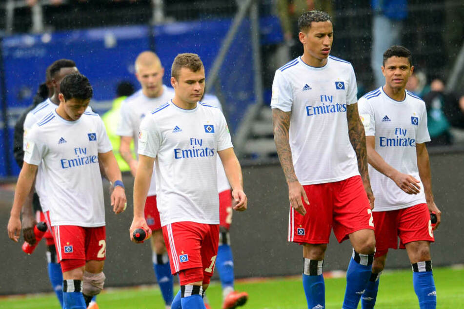 Enttäuscht verlassen die HSV-Profis nach der Niederlage gegen Regensburg das Feld.
