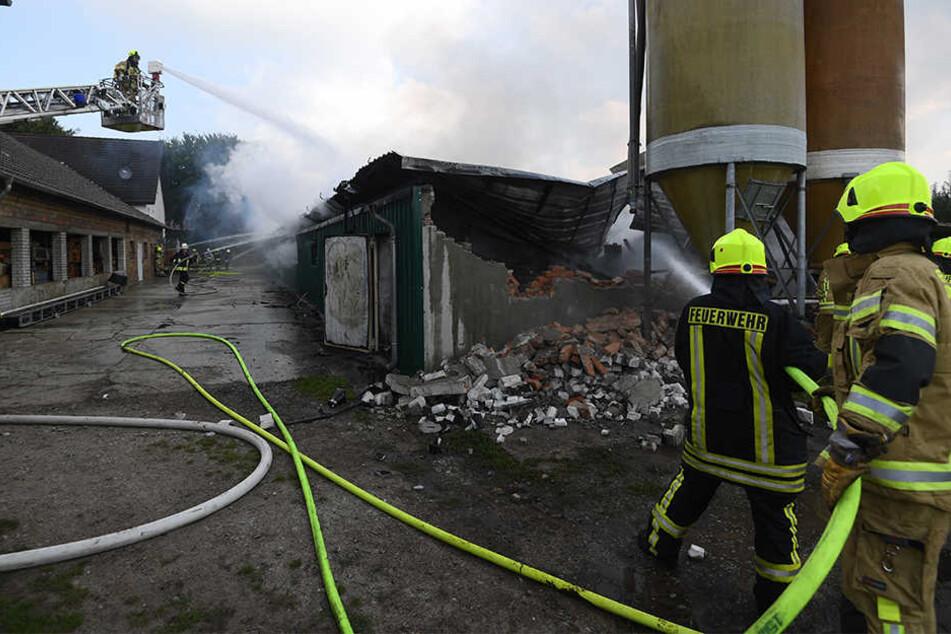 Rund 120 Einsatzkräfte sind beim Brand vor Ort.