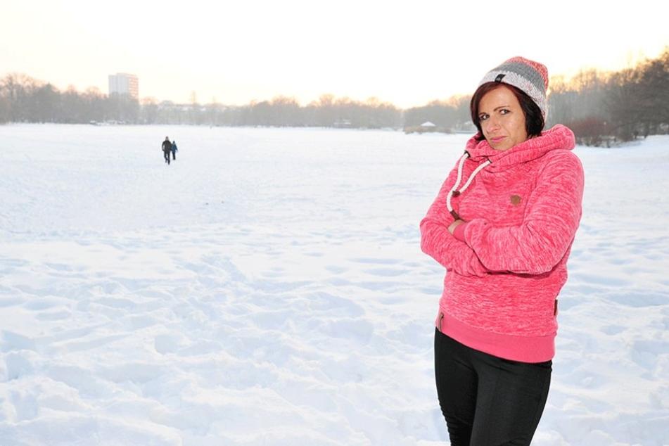 """Anwohner Sandra Fischer (33) beobachtet immer wieder Spaziergänger auf dem Schlossteich. """"Ich finde das zu gefährlich, auch meine Kinder lasse nicht auf das Eis."""""""