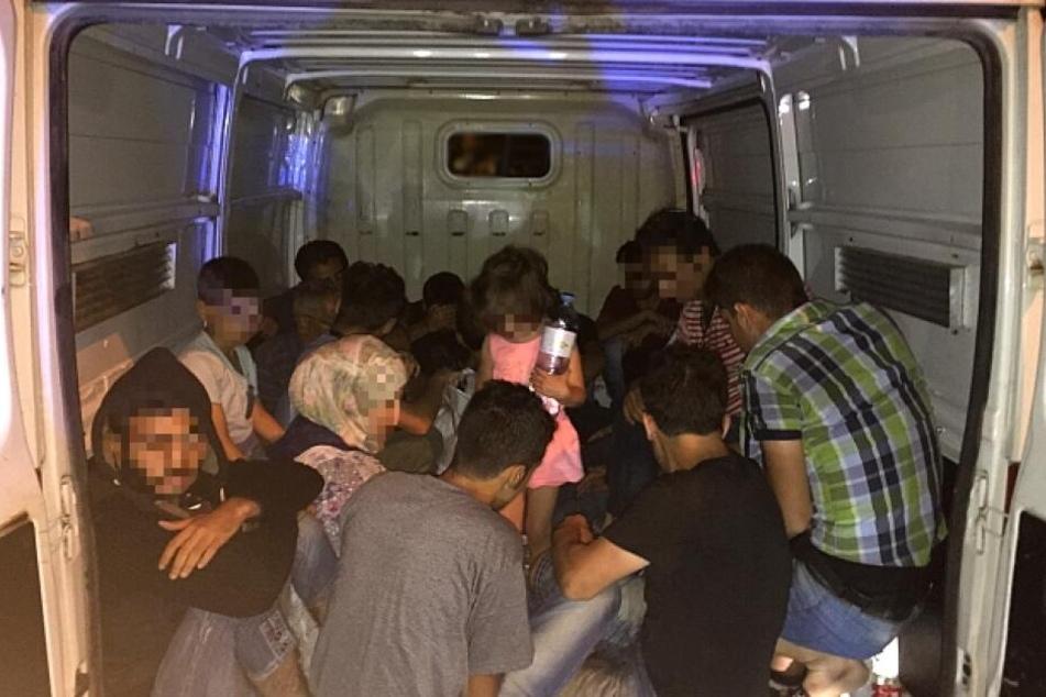 Migranten vertrauen sich vermehrt Schleuser an, um über die Grenzen zu kommen. (Archivbild)