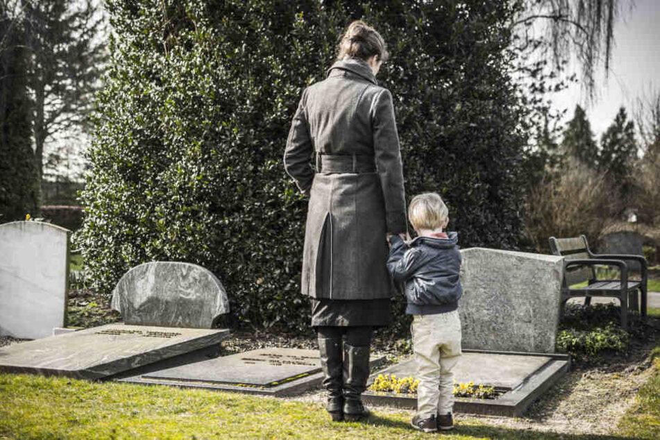 Grabplatten schränken den Sauerstoff-Austausch mit dem Grab ein. (Symbolbild)