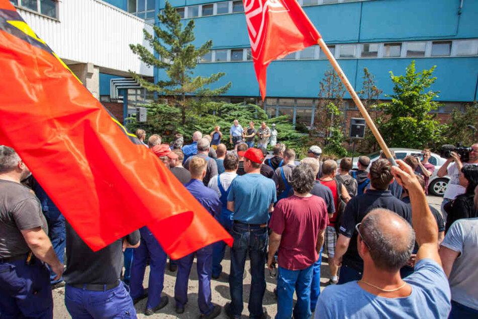 Protest vor den Gießerei-Toren: Halberg Guss-Beschäftigte legen Arbeit nieder