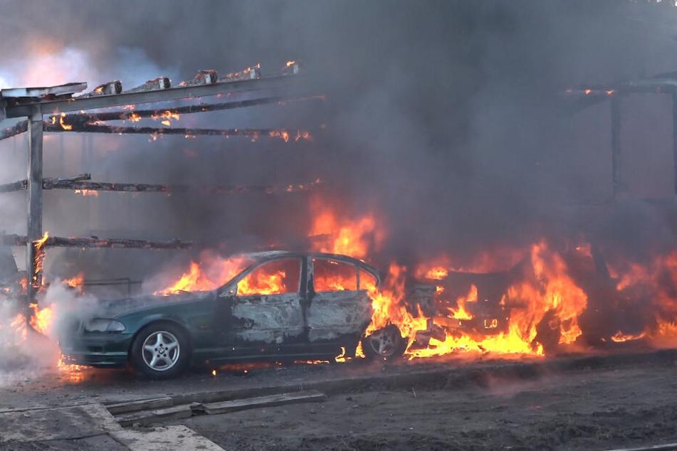 Unfall bei Schweißarbeiten: Lagerhalle brennt komplett aus!