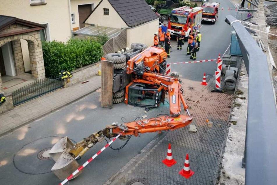 Bagger stürzt mit Fahrer sechs Meter in die Tiefe