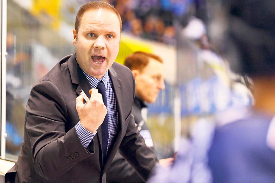 Eislöwen-Coach Bradley Gratton war nicht glücklich, was er von der Bank aus sah.