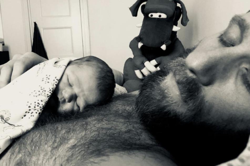 So süß! Merlin Leonhardt kuschelt mit seinem frisch geborenen Sohn
