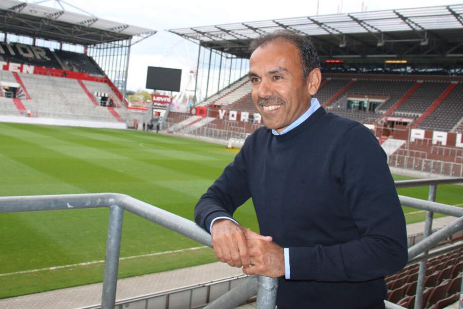 Bei seiner Vorstellung nahm Jos Luhukay schon das Stadion unter die Lupe.