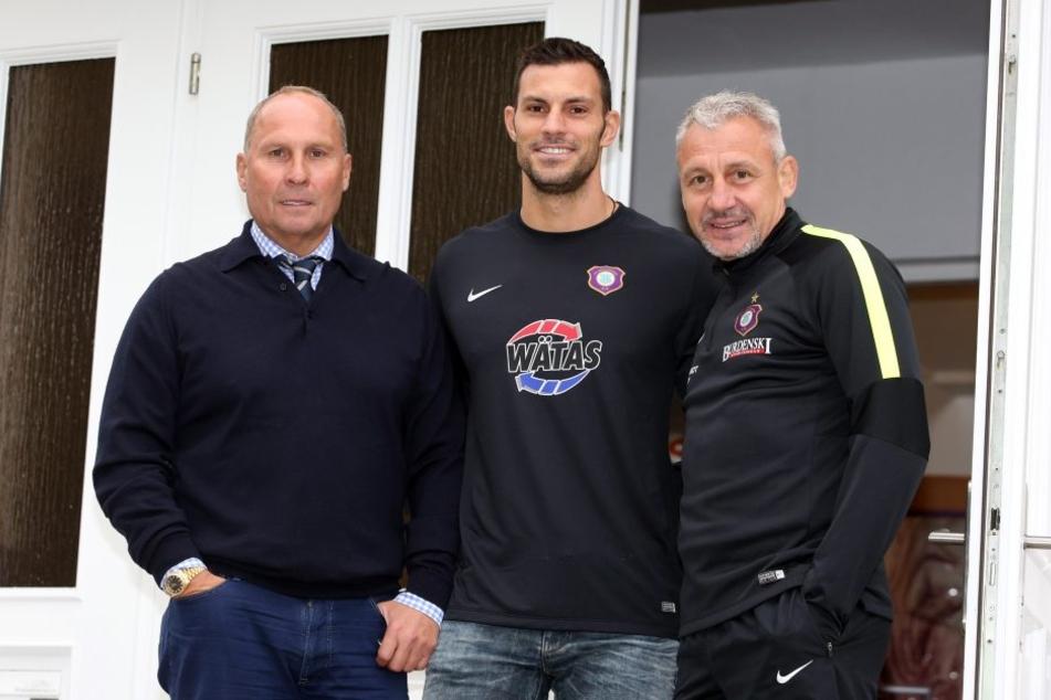 Aues neuer Schlussmann Daniel Haas (M.) mit Coach Pavel Dotchev (r.) und FCE-Boss Helge Leonhardt.