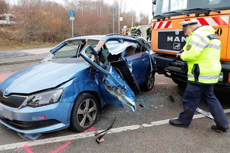 Nach Crash mit einem Truck ist ein Skoda nur noch Schrott.