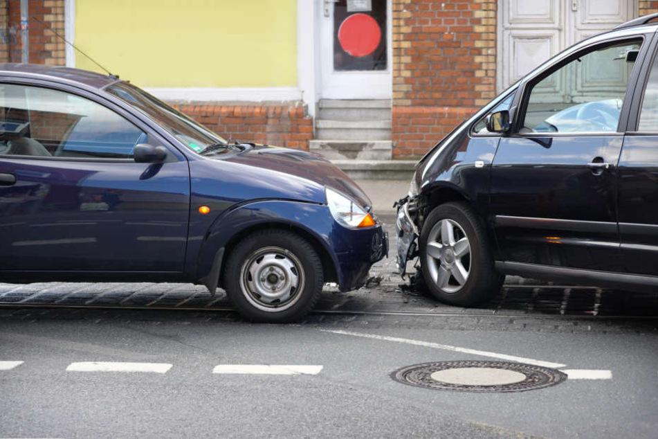Mehrer Autofahrer sind am Wochenende bei Frontalzusammenstößen in Bayern gestorben. (Symbolbild)