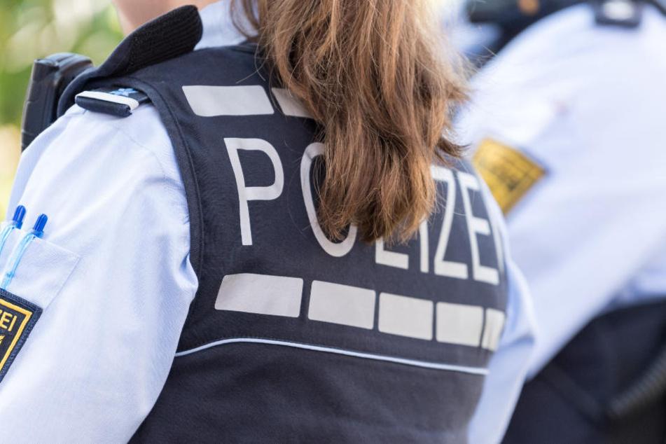 Die Frau griff sogar die Polizisten an und verletzte dabei eine Beamtin. (Symbolbild)