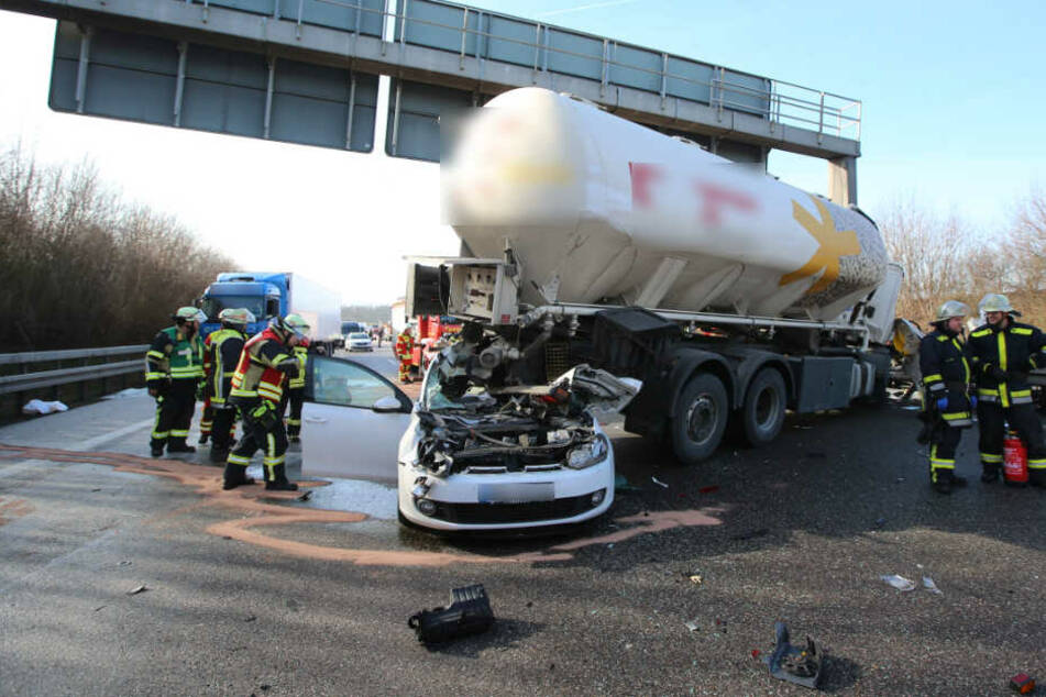 Ein Lastwagen steht nach dem Unfall quer auf der Fahrbahn.