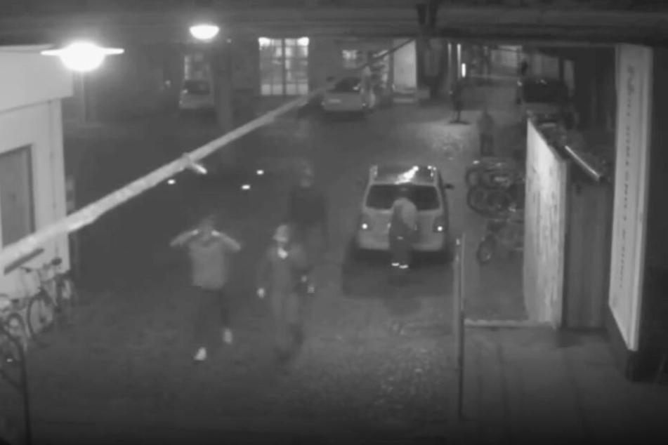 Die drei Unbekannten folgten Frank Magnitz, zogen sich Kapuzen über den Kopf und dann erfolgte der Überfall.