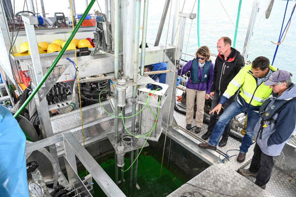 Wissenschaftler und Forscher bereiten am 29. Mai 2019 auf dem Bodensee zwischen Hagnau und Konstanz die Bohrplattform vor, die eingesetzt wird, um das Sediments des Bodensees zu erforschen.