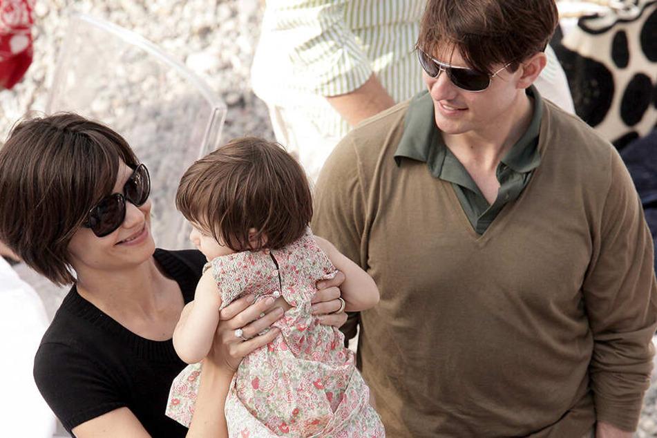 Katie Holmes und Tom Cruise 2007 mit der damals Zweijährigen Suri bei einer Strandparty im gemeinsamen Frankreichurlaub. Fünf Jahre später war die Ehe der beiden zu Ende.