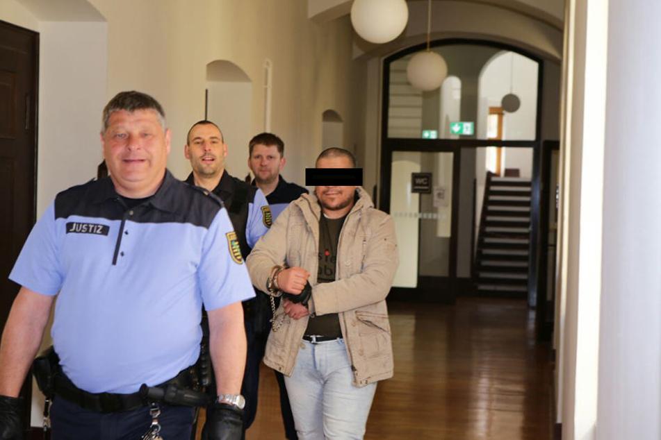 Der angeklagte Faouzi A. (37) auf dem Weg in den Gerichtssaal. Ihm wird der Mord an einem in Leipzig lebenden Ehepaar vorgeworfen.