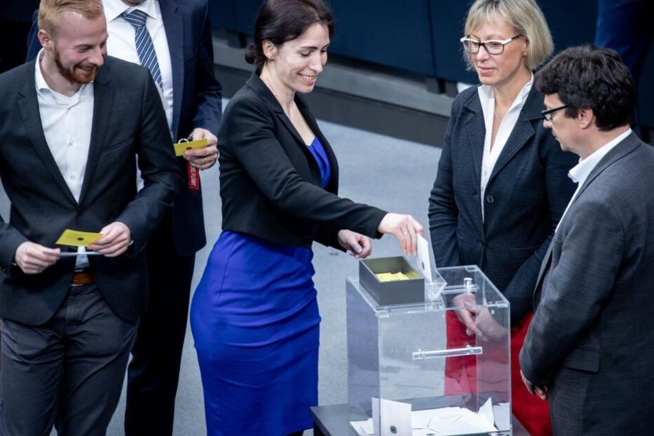 Mariana Harder-Kühnel (M) von der AfD gibt ihren Stimmzettel im 3. Wahlgang für das Amt der stellvertretenden Bundestagspräsidentin ab.