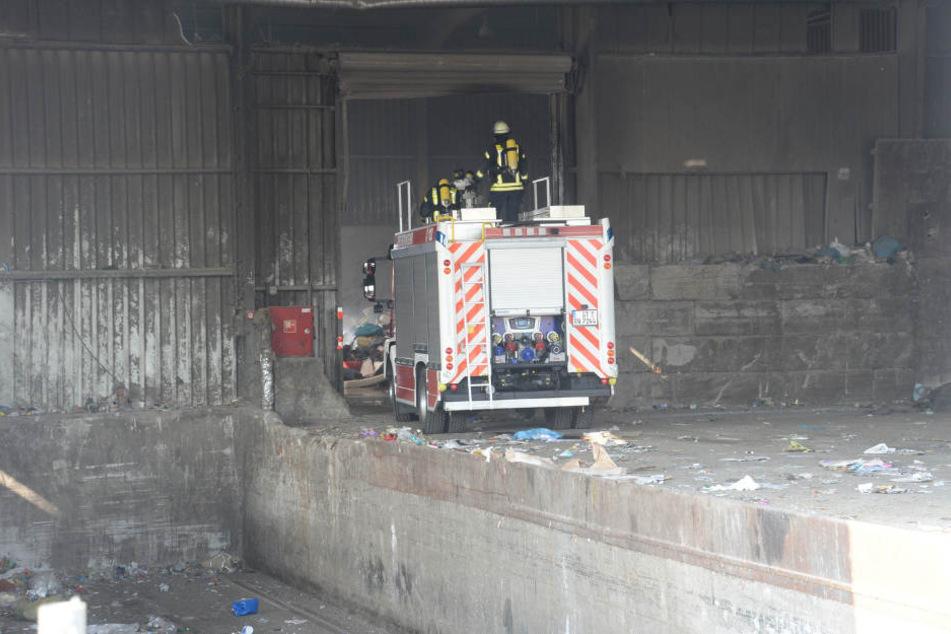In der Nachbarhalle positionierte sich ein Feuerwehrauto mit Wasserwerfer auf dem Dach.