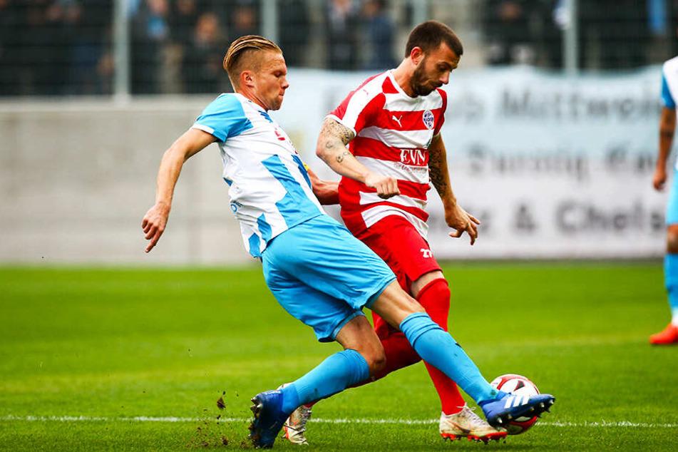 Carsten Kammlott (r.), hier im Duell mit dem früheren CFC-Kapitän Dennis Grote, war der Top-Scorer des FSV Wacker Nordhausen in der abgelaufenen Saison.