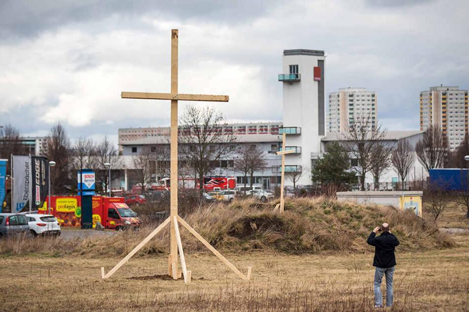 Unbekannte stellten auf dem Nachbargelände der Moschee große Holzkreuze auf.