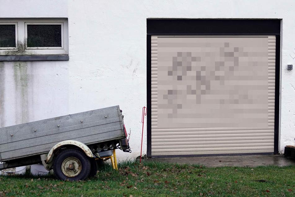 Auch an ein Garagentor wurden Hakenkreuze gesprüht.