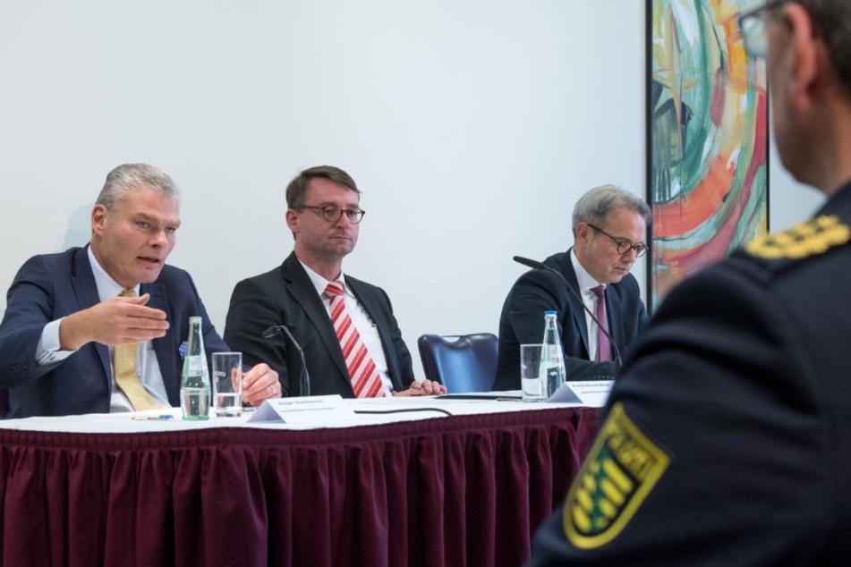 Die Innenminister (v.l.n.r.) Holger Stahlknecht (CDU, Sachsen-Anhalt), Roland Wöller (CDU, Sachsen) und Georg Maier (SPD, Thüringen) stellten gestern in Leipzig neue Ansätze im Kampf gegen Rechtsextremismus vor.