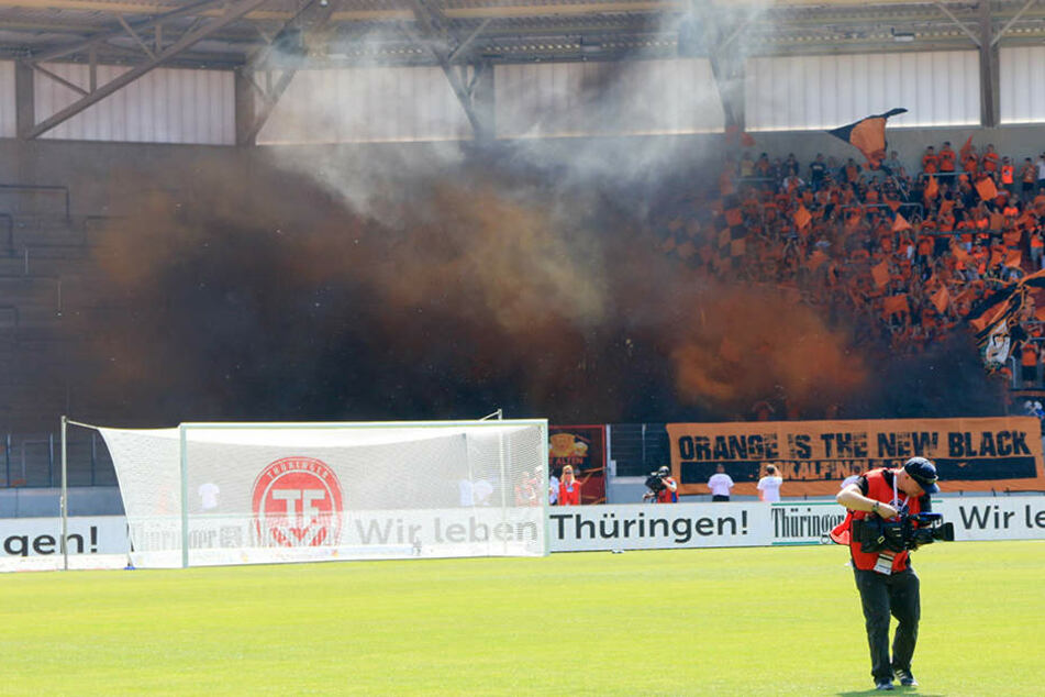 Die Gera Fans zündeten Nebeltöpfe vor Spielbeginn.