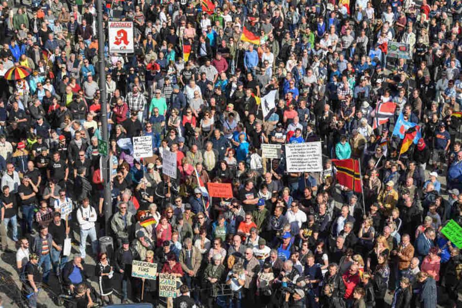 Hunderte Menschen demonstrieren gegen Flüchtlinge